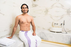 Type heureux détendant dans le sauna image libre de droits