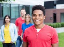 Type heureux d'afro-américain et amis multi-ethniques extérieurs Image libre de droits
