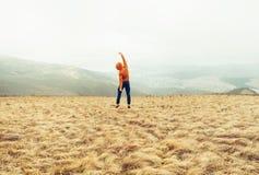 Type heureux sautant sur le pré Photographie stock libre de droits