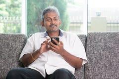 Type indien à l'aide du smartphone Image stock