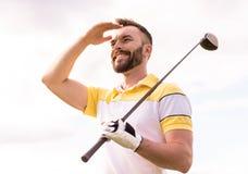 Type jouant au golf Image libre de droits
