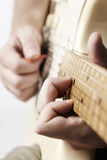 Type jouant une guitare électrique Photo stock