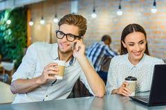 Type joyeux et fille détendant en café Photo libre de droits