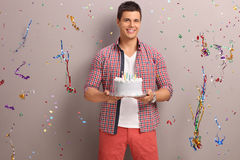 Type joyeux tenant un gâteau d'anniversaire Photos stock