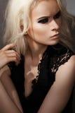 Type élégant de roche. Modèle blond de mode avec le renivellement Photographie stock