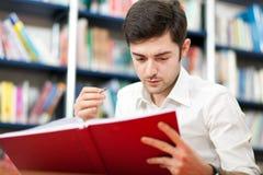 Type lisant un livre image libre de droits
