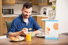 Type mangeant de la céréale pour le petit déjeuner photos stock