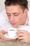 Type mignon avec du thé Photographie stock