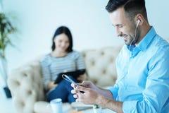 Type millénaire joyeux détendant et écoutant la musique Image stock