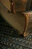 Type mobile avec le vieux livre Photos stock