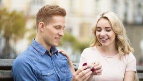Type montrant la bague de fiançailles à l'amie, fille heureuse acceptant la proposition Photos libres de droits
