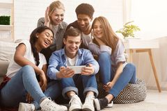 Type montrant la vidéo au téléphone aux amis images libres de droits