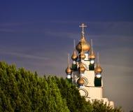 Type orthodoxe église à l'extrémité des arbres Image stock