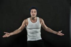 Type ou homme étonné sexy avec les mains musculaires images stock