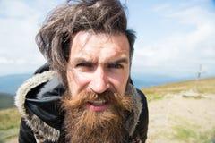 Type ou homme barbu au temps froid images libres de droits