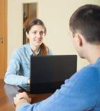 Type parlant avec l'employé Images stock