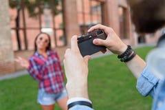 Type photographiant son amie dehors Photos libres de droits