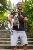 Type positif avec le petit chien Photographie stock libre de droits