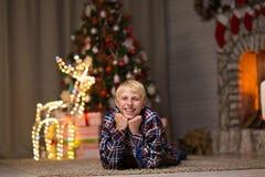 Type près d'arbre de Noël image stock