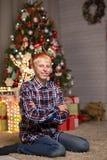 Type près d'arbre de Noël photographie stock