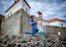 Type proposant le mariage à l'amie Images stock
