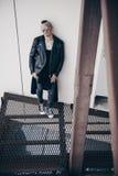 Type punk dans l'arrière-cour Photo stock