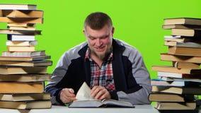 Type qui lecture d'amusement du ` s et feuillaison par le livre Écran vert banque de vidéos