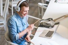 Type radieux écoutant la musique photos libres de droits