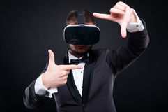 Type riche beau avec des glassess de réalité virtuelle Photos stock