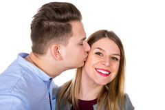 Type romantique embrassant son amie Image libre de droits