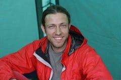 Type s'asseyant dans la tente photographie stock libre de droits
