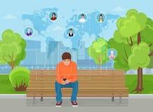 Type s'asseyant en parc moderne de rue de ville et textotant aux amis dans différentes régions de monde illustration libre de droits