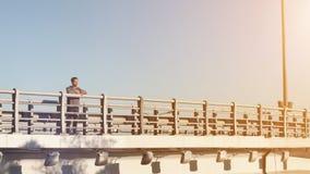 Type se tenant sur le pont et appréciant la nature Images stock