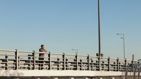 Type se tenant sur le pont et appréciant la nature Images libres de droits