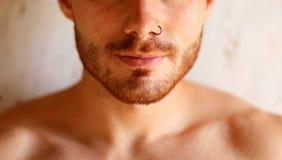Type sensuel avec une perforation sur son nez photos stock
