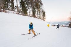 Type sur des skis abaissant et prenant le selfie avec le bâton Images libres de droits
