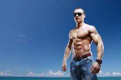 Type sur la plage avec des lunettes de soleil Images libres de droits