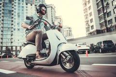 Type sur le scooter photo libre de droits