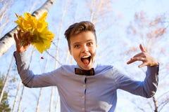 Type tenant le bouquet des feuilles d'automne Photo libre de droits