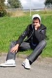 Type triste dans la séance noire sur l'herbe image libre de droits