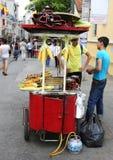 Type vendant les châtaignes et les grains rôtis à la rue d'Istiklal Photo libre de droits