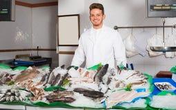 Type vendant les poissons et les fruits de mer effrayants Image libre de droits