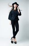 Type victorien - amincissez le femme sexy dans des vêtements noirs Photographie stock libre de droits