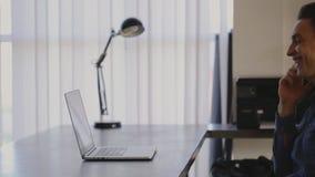 Typend bij Staalbureau met Laptop, het werkvraag stock videobeelden