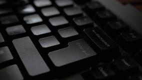 Typend op toetsenbord, druk binnengaan Handendruk op het toetsenbord in donker bureau stock video
