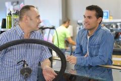 Typer de transport de vélo de mécanicien de bicyclette dans l'atelier images libres de droits
