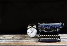 Typerwriter antiguo y despertador foto de archivo libre de regalías