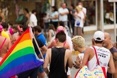 Types avec le drapeau d'arc-en-ciel au Gay Pride gai dans Sitges Photographie stock