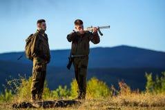 Types chassant l'environnement de nature Activité masculine de passe-temps Saison de chasse Chasseurs barbus d'hommes avec la nat photographie stock