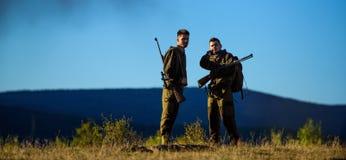 Types chassant l'environnement de nature Saison de chasse Activité masculine de passe-temps Chasseurs barbus d'hommes avec la nat photographie stock